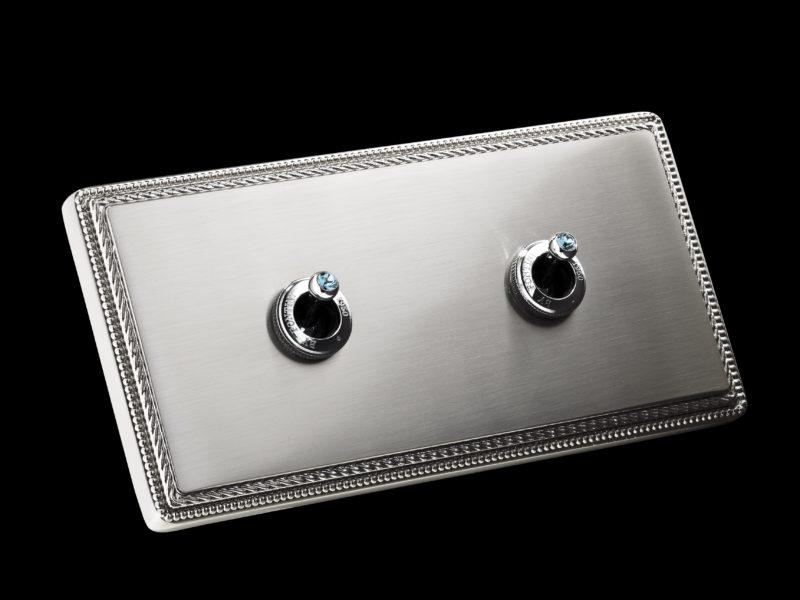 FONT BARCELONA 1950 Collection - rámeček matný nikl, dvě páčky chrom s krystaly Swarovski Indian Sapphire rámeček matný nikl, páčka chrom