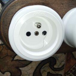 Prasklá zásuvka Garby Colonial termoplast